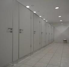 Toalety przy sali bankietowej (8 kabin damskich oraz 8 kabin męskich do dyspozycji gości)