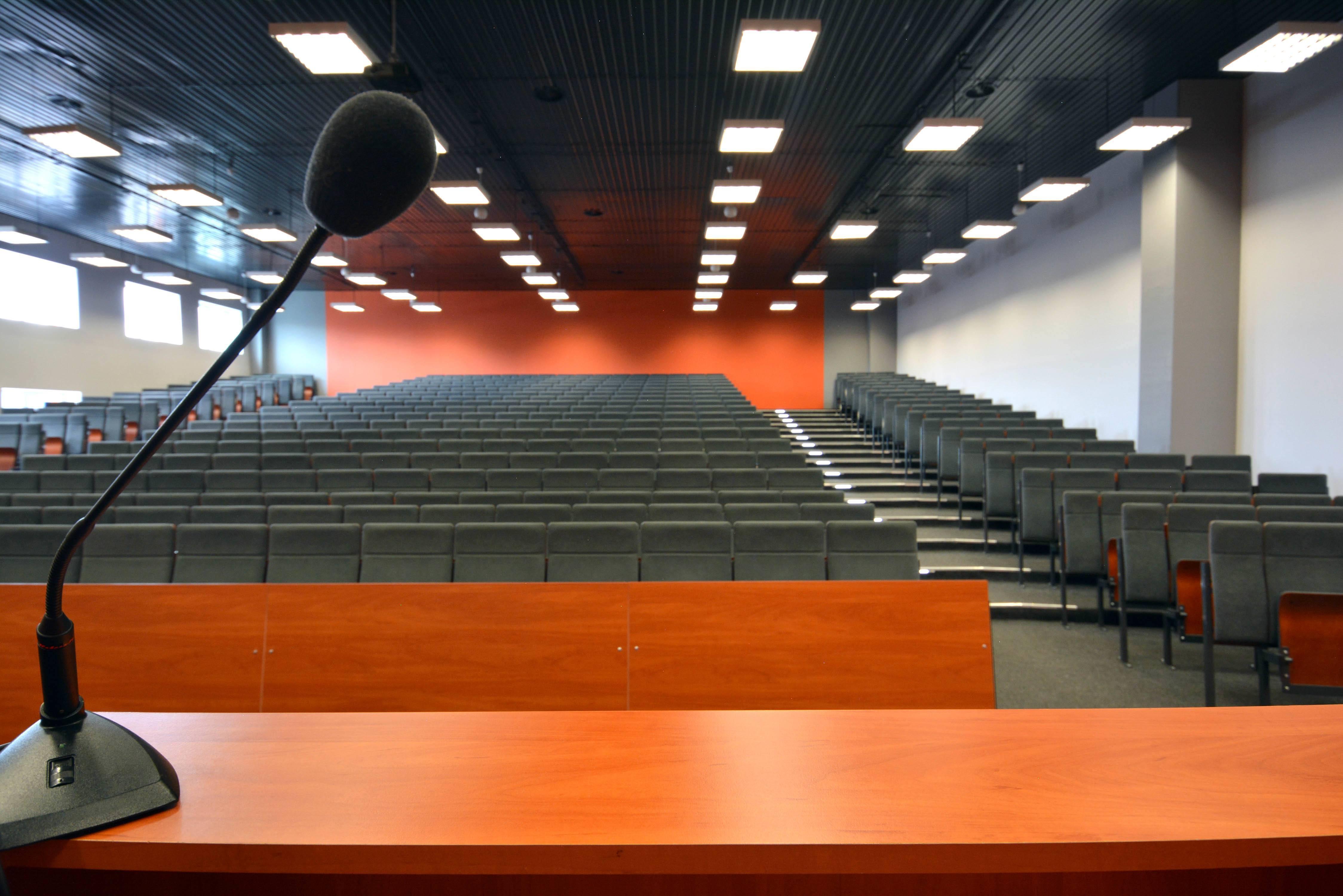 Sala wykładowa wyposażona jest w profesjonalny system audio