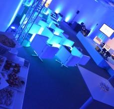 Scena, pufy obrotowe, kubiki LED oraz strefa cateringu.