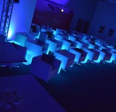 Aranżacja sali bankietowej z wykorzystanie obrotowych puf. Podświetlenie z wykorzystaniem kubików LED